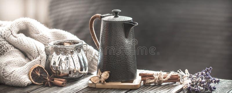 舒适客厅用在桌上的茶 库存图片