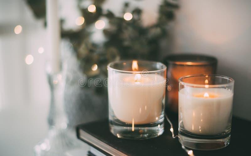 舒适家庭内部装饰,灼烧的蜡烛 免版税库存图片