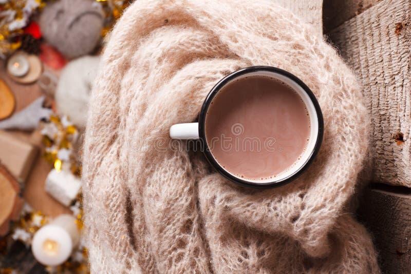 舒适家庭细节、冬天季节、hygge概念-杯子可可粉和在木,mindfullness的羊毛围巾和放松背景 免版税库存图片