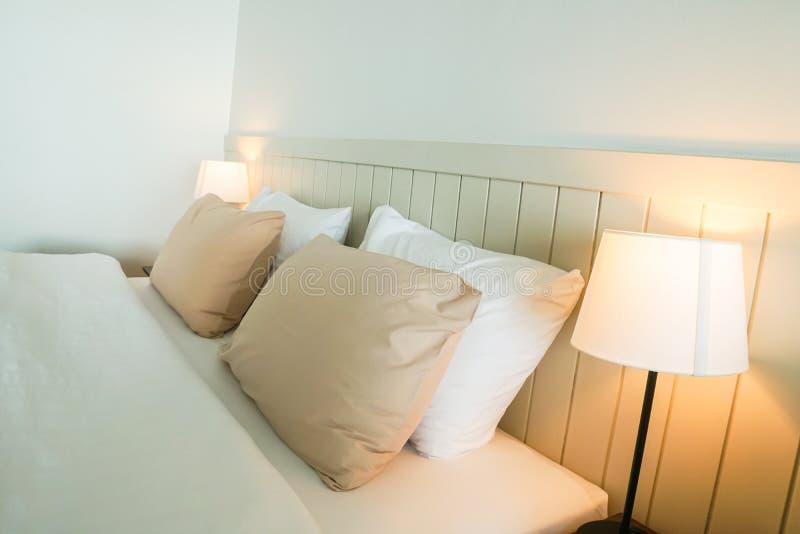 舒适枕头和葡萄酒在双重卧室供灯住宿在豪华旅馆里 库存照片