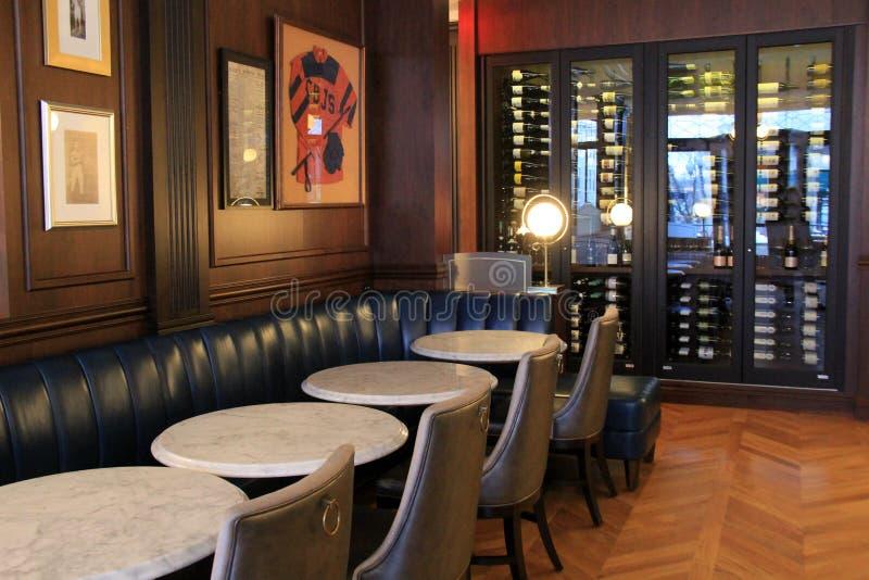 舒适的客栈式酒吧,萨拉托加斯普林斯,纽约内部建筑学在历史的Adelphi旅馆里面的, 2018年 免版税库存照片