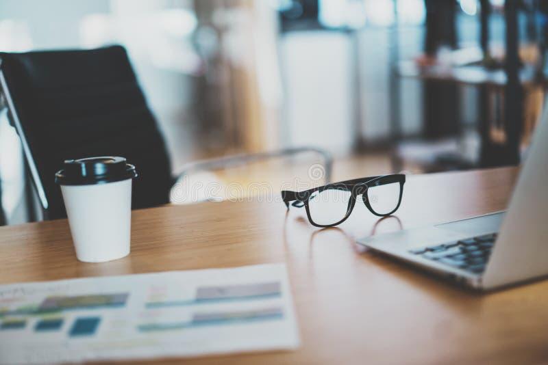 舒适的工作地点 舒适的工作地点特写镜头在有木放置对此的桌和膝上型计算机的办公室 免版税库存图片