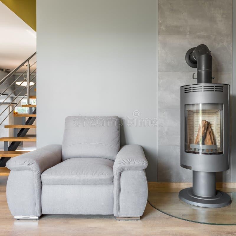 舒适的扶手椅子和壁炉 免版税库存照片