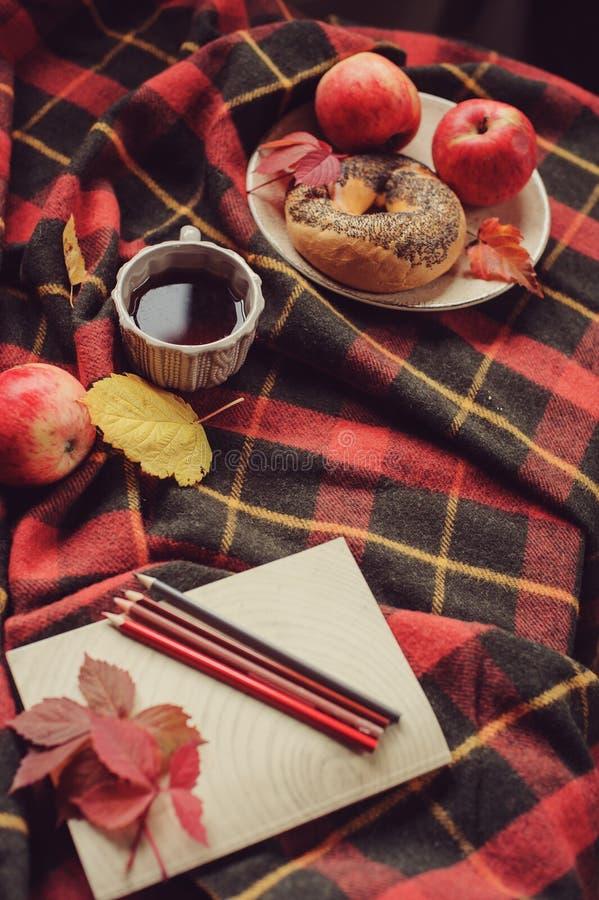舒适秋天早晨顶视图在家 用早餐与罐茶和百吉卷用苹果 库存照片
