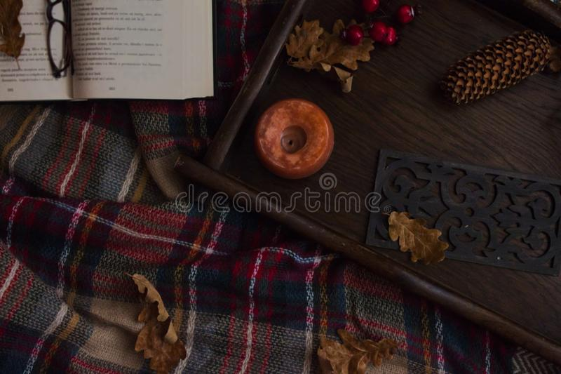 舒适秋季家庭装饰和细节 免版税库存照片