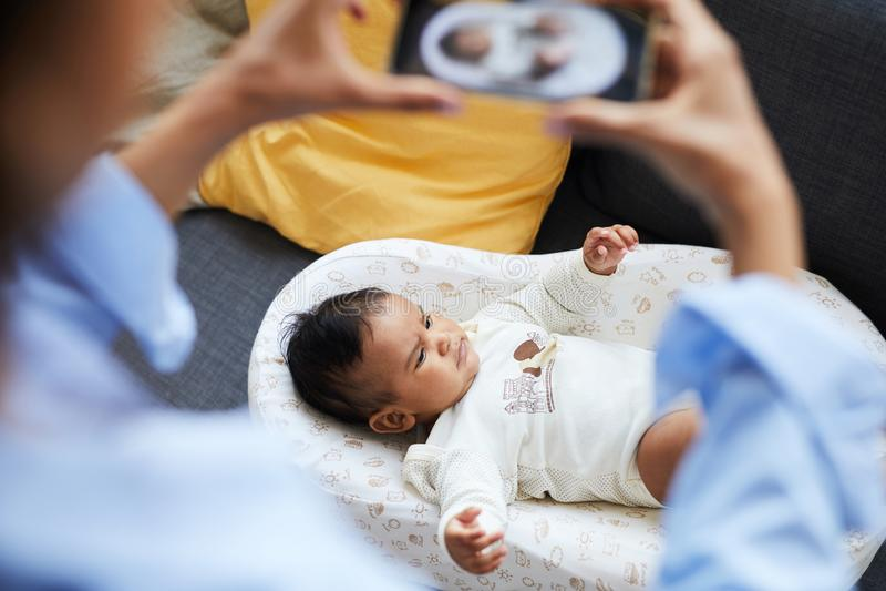 舒适茧的严肃的婴孩 免版税库存图片