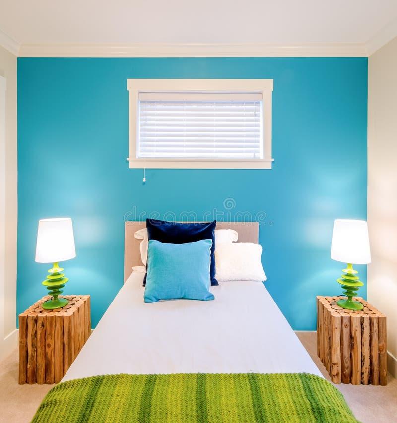 舒适蓝色和绿色卧室 内部装饰业 免版税库存图片