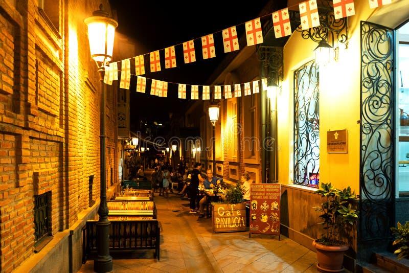 舒适街道在第比利斯用街道咖啡馆 库存图片