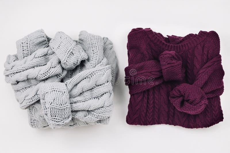 舒适被编织的妇女毛线衣平的位置  库存照片