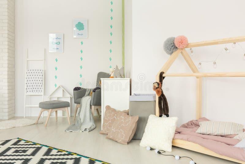 舒适, scandi样式儿童卧室 库存照片