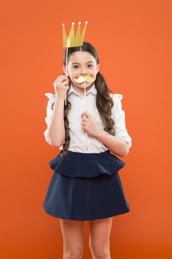 舞会皇后优胜者 高级领导 真实的夫人 r 制服的女孩有冠嘴唇支柱的 孩子时尚秀丽 免版税库存照片