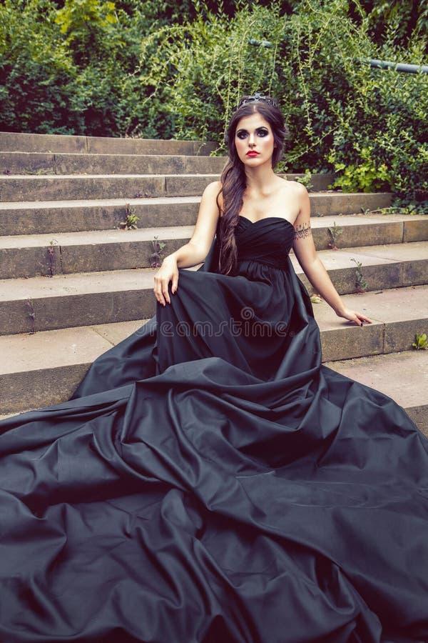 舞会礼服的黑人女王/王后在步宫殿 图库摄影