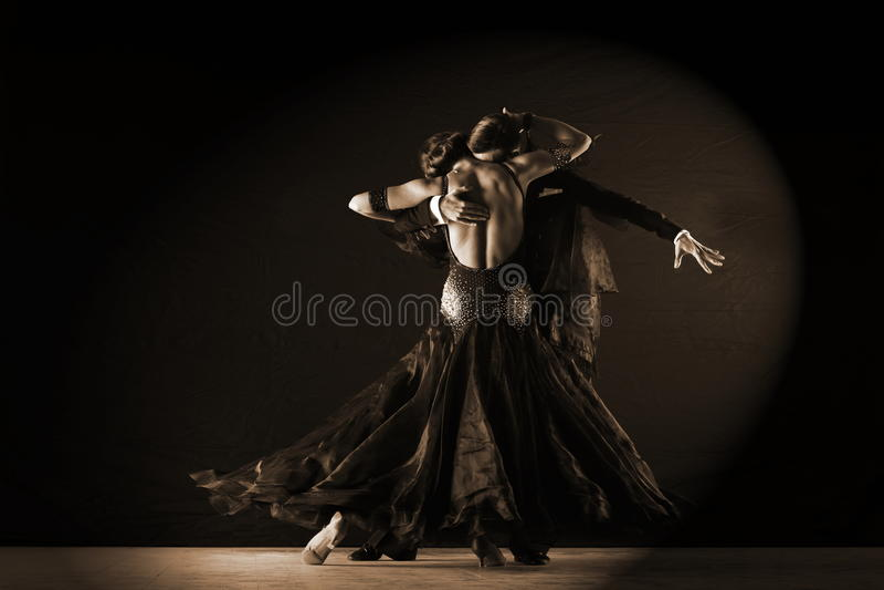 舞蹈家在反对黑背景的舞厅 库存照片
