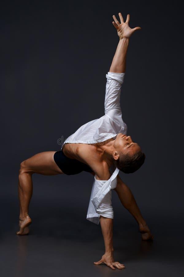 舞蹈家在白色衬衣和黑短裤跳舞 图库摄影