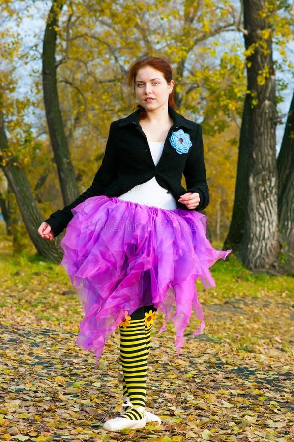 舞蹈家在秋天跳舞 免版税库存照片