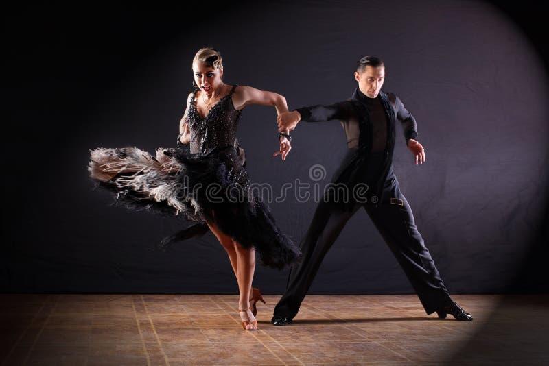 舞蹈家在黑色的舞厅 库存图片