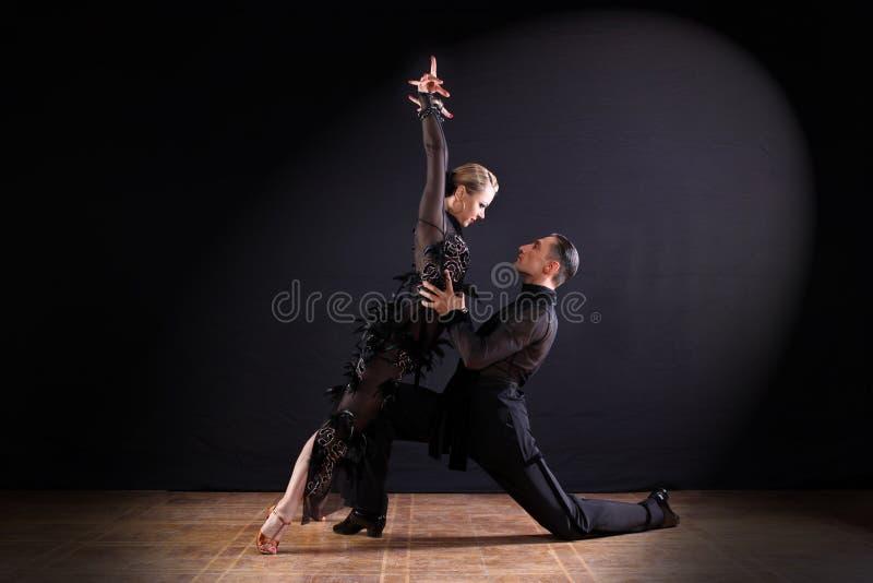 舞蹈家在黑色隔绝的舞厅 免版税库存照片