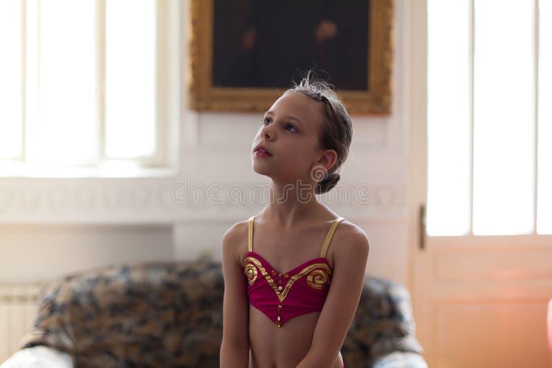 年轻舞蹈家摆在 库存图片