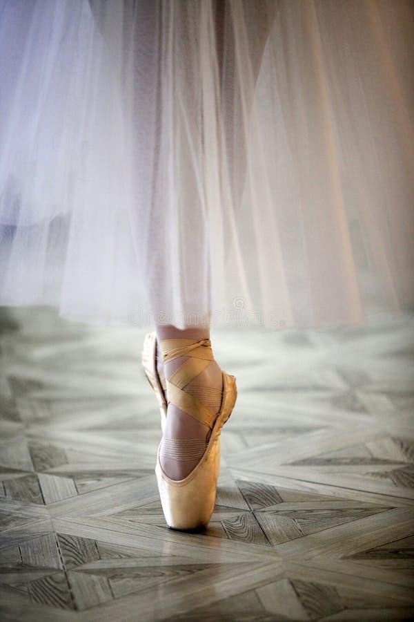 舞蹈家的美好的腿pointe的 免版税库存照片