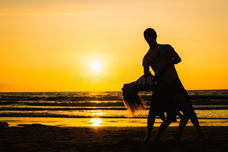 舞蹈家美丽的剪影日落的 免版税库存照片