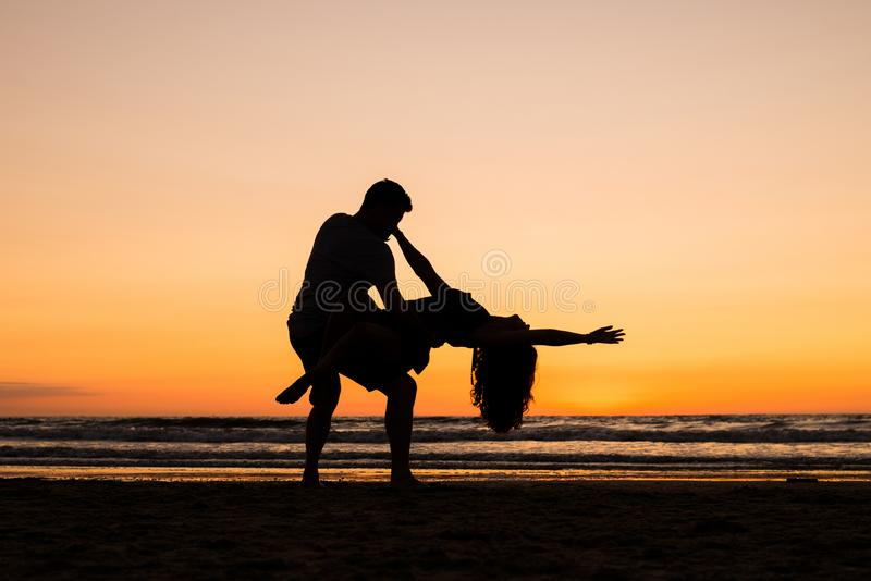 舞蹈家美丽的剪影日落的 免版税库存图片