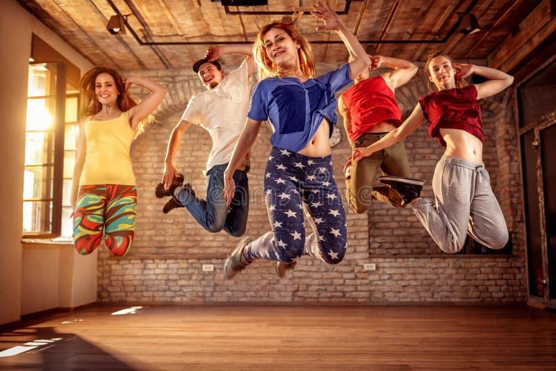 舞蹈家队-跳跃在音乐期间的舞蹈家人 免版税库存照片