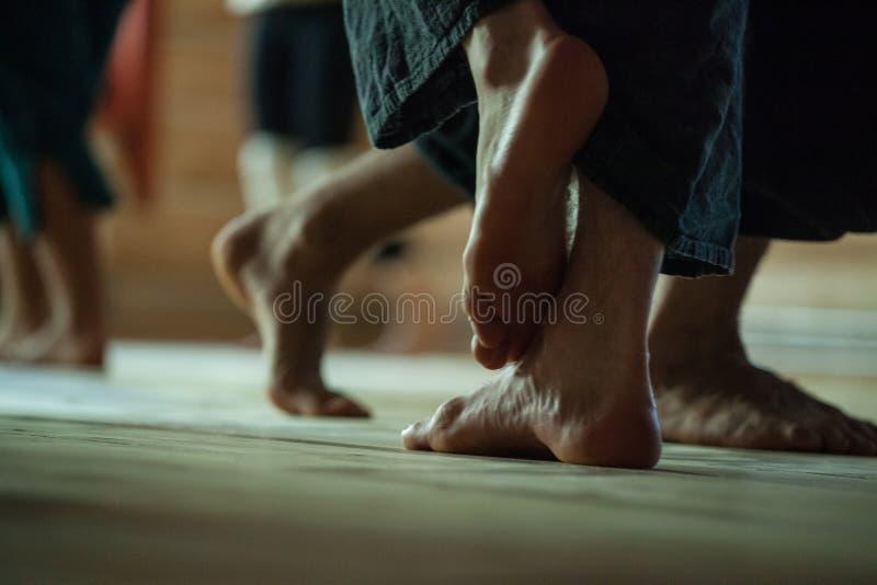 舞蹈家结算,腿,在地板上 免版税库存图片
