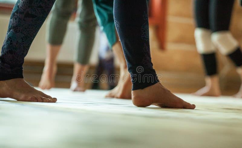 舞蹈家结算,腿,在地板上 图库摄影