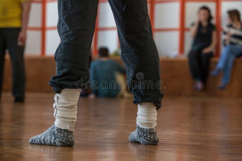 舞蹈家结算,腿,在地板上 免版税库存照片