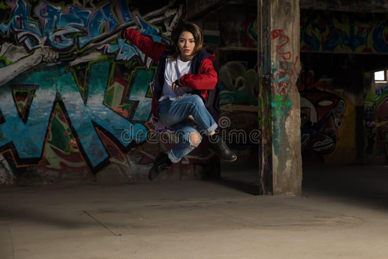 舞蹈演员女性跳的年轻人 免版税库存图片