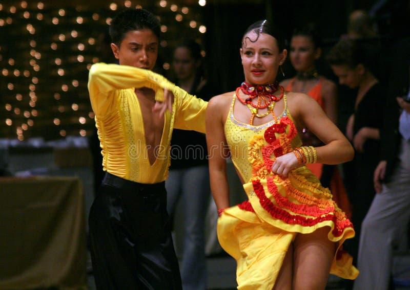 舞蹈演员拉丁黄色 库存图片
