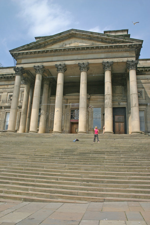 舞蹈演员摄制利物浦博物馆步骤妇女 免版税图库摄影