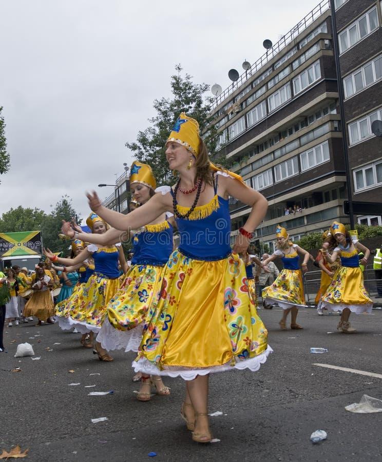 舞蹈演员游行执行的街道 免版税库存照片