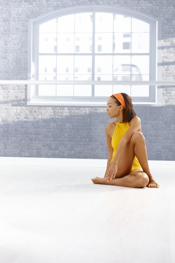 舞蹈演员种族女孩纵向 免版税库存图片