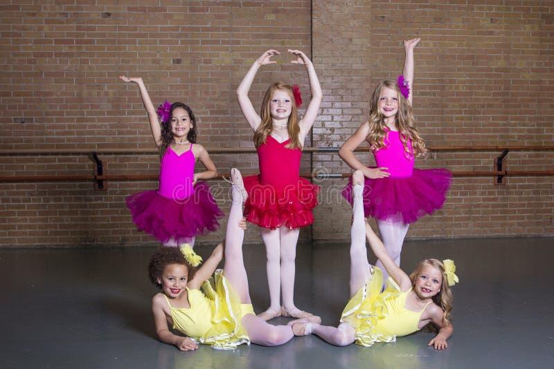 舞蹈演播室的芭蕾舞女演员 免版税库存图片
