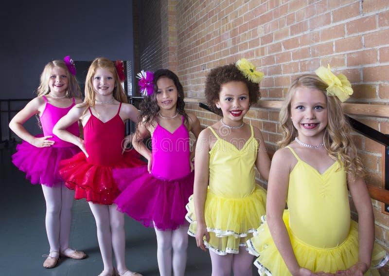 舞蹈演播室的逗人喜爱的年轻芭蕾舞女演员 免版税库存图片
