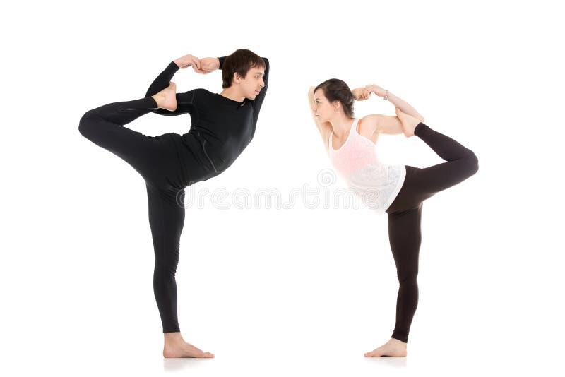 舞蹈瑜伽姿势的阁下在对的 库存图片