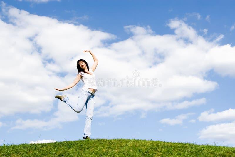 舞蹈草绿色俏丽的妇女 免版税库存图片