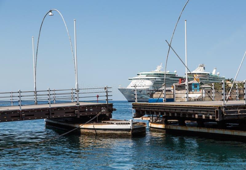 舟桥在库拉索岛结束 免版税图库摄影