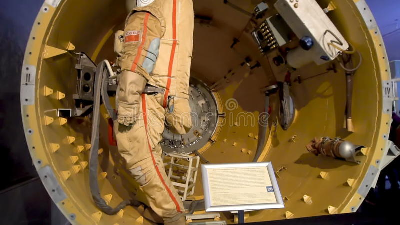 航天器展出品的宇航员在宇宙航行学博物馆,俄罗斯- 2017年5月28日 股票录像