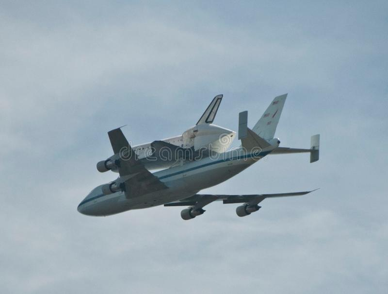 航天飞机游览的前次飞行在洛杉矶天空的视图的从好莱坞Hills 免版税库存图片