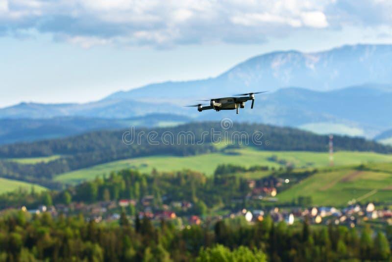 航拍和电视录象制作 飞行在山f的寄生虫 库存照片