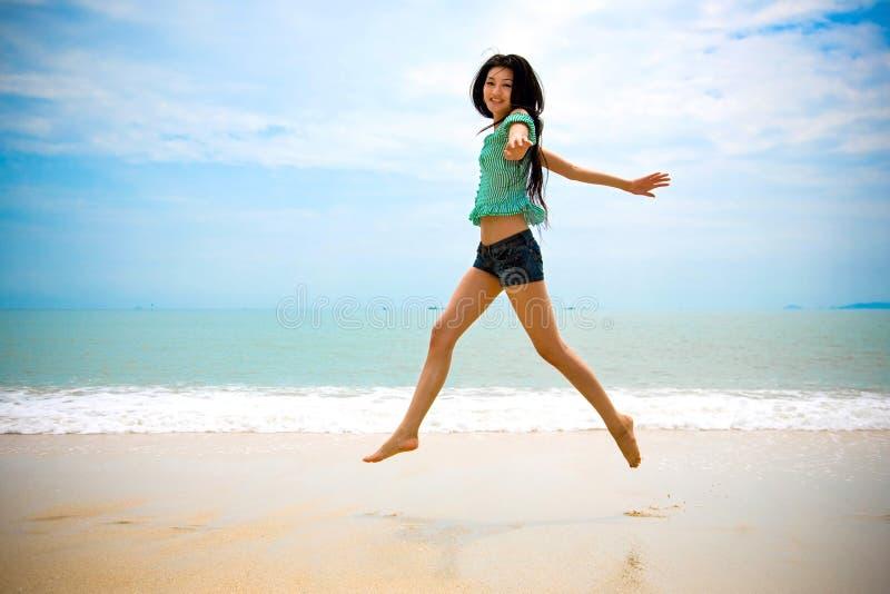 航空亚洲海滩愉快的走的妇女 库存图片