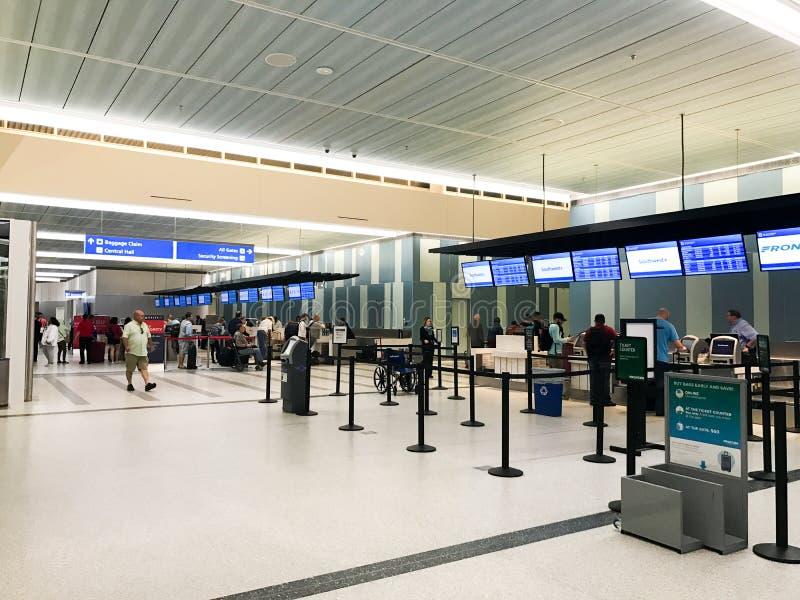 航空公司在查尔斯顿国际机场登记 库存照片