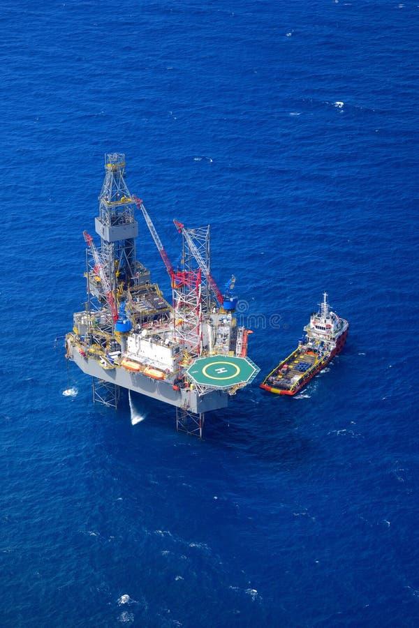 从航空器的海上钻井抽油装置顶视图。 库存照片