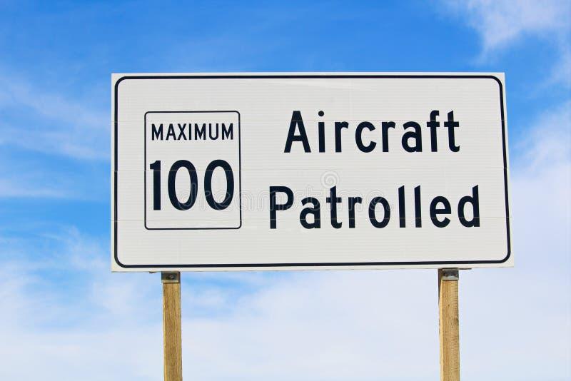 航空器的特写镜头巡逻了与最大速度极限的标志 库存图片