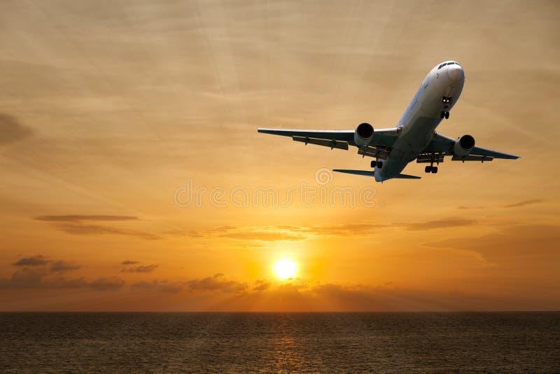航空器飞行有美好的日落和海ove风景看法  库存照片