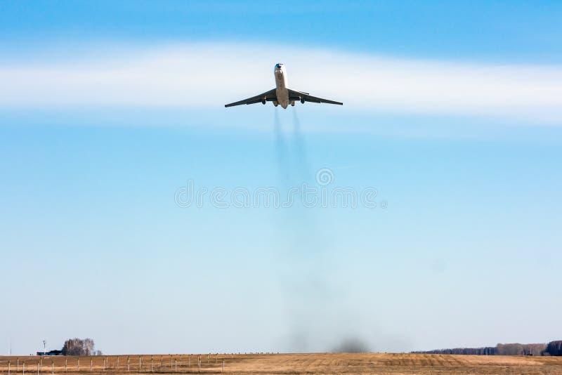 航空器离开的正面图 免版税库存照片