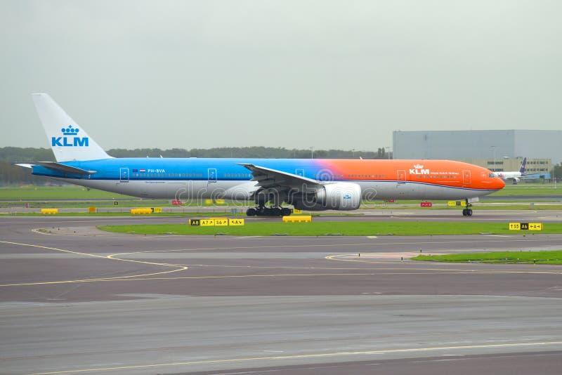 航空器KLM在斯希普霍尔机场滑行道的波音777-300 PH-BVA  图库摄影