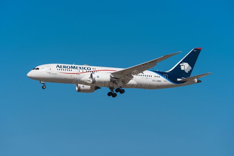 航空墨西哥波音787 8 dreamliner在马德里巴拉哈斯机场登陆 免版税库存照片